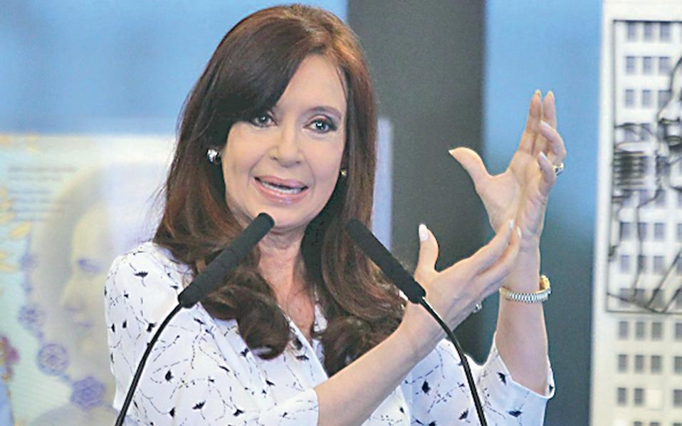 H πρόεδρος της Αργεντινής Κριστίνα Κίρχνερ ύψωσε την Παρασκευή λευκή σημαία στις αγορές.