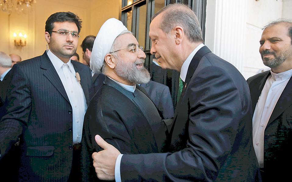 Ο Ιρανός πρόεδρος Χασάν Ρουχανί (αριστερά) υποδέχεται τον Τούρκο πρωθυπουργό Ταγίπ Ερντογάν, με τον οποίο συζήτησε την οικονομική συνεργασία των δύο χωρών και τη συριακή κρίση.