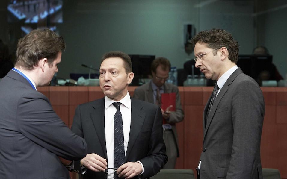 Ο υπουργός Οικονομικών Γ. Στουρνάρας συνομιλεί με τον επικεφαλής του Eurogroup Γερούν Ντάισελμπλουμ και τον ολλανδό υφυπουργό Οικονομικών Φρανς Βέεκερς, στο περιθώριο της χθεσινής συνεδρίασης του Eurogroup.