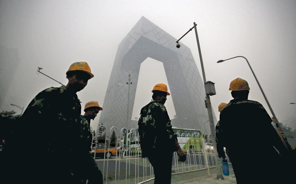 Το νέφος σκεπάζει το Πεκίνο. Ισχυροί παγκόσμιοι άνεμοι, που ονομάζονται «westerlies» (δυτικοί), καταφέρνουν μέσα σε λίγες μέρες να μεταφέρουν αέριους ρύπους από την Κίνα κατά μήκος του Ειρηνικού Ωκεανού.
