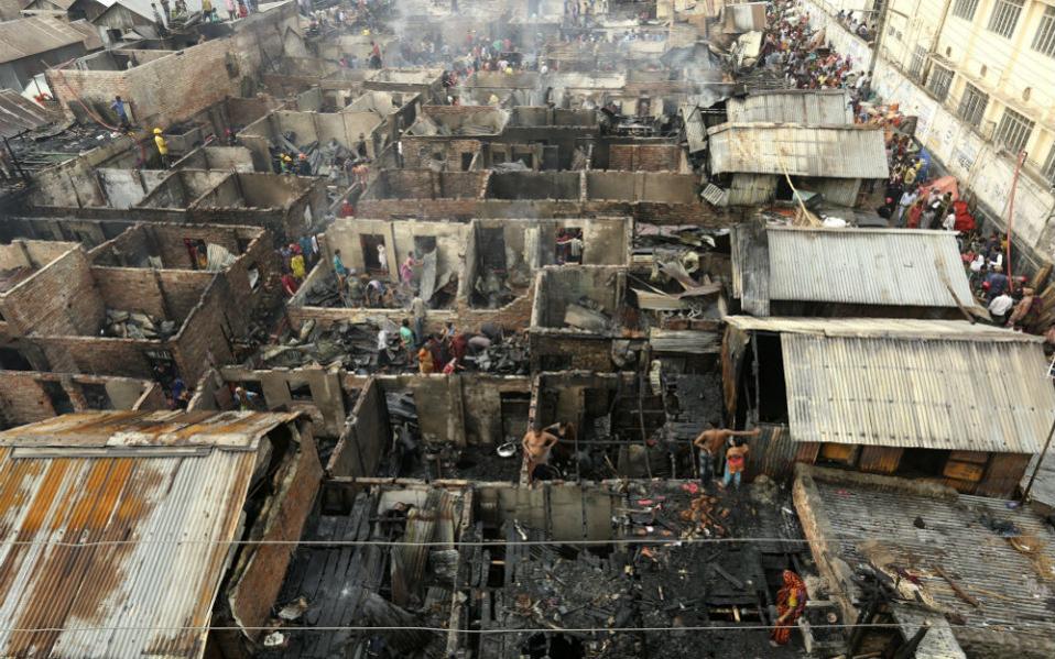 «Όπου φτωχός και η μοίρα του», λέει ο λαός μας. Στις παράγκες του Μπαγκλαντές μένουν οι άνθρωποι που δεν έχουν σχεδόν τίποτα. Οι  αυτοσχέδιες κατασκευές , που η μια ακουμπά στην άλλη, πολύ συχνά καίγονται, όπως έγινε και τώρα, καταστρέφοντας και τα ελάχιστα υπάρχοντα  των πραγματικά φτωχών. EPA/ABIR ABDULLAH