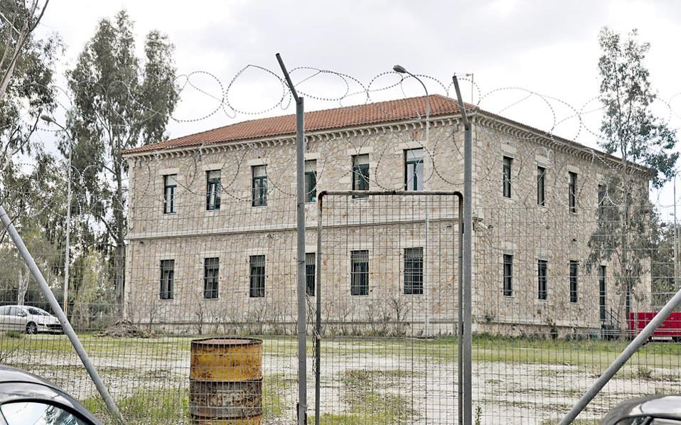 Το κτίριο του διοικητηρίου του συντάγματος ιππικού στο Γουδί, ένα απόλυτα συμμετρικό κτίριο των αρχών του περασμένου αιώνα, που κηρύχθηκε διατηρητέο με απόφαση του ΥΠΕΚΑ.