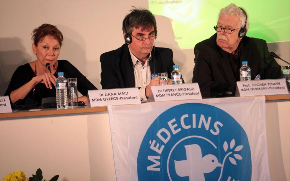 Οι πρόεδροι των Γιατρών του Κόσμου - Medecins du monde (MdM) από την Ελλάδα Δρ Άννα Μαΐλλη (Α) ,   τη Γαλλία Δρ Thierry Brigaud (Κ) και τη Γερμανία καθηγητής Jochen Zenker (Δ),   στη σημερινή συνέντευξη τύπου του Δικτύου των Γιατρών του Κόσμου και της Ελληνικής Προεδρίας της Ευρωπαϊκής Ένωσης.