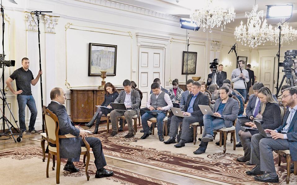Αντιφατικά μηνύματα προς το Κίεβο και τη Δύση έστειλε ο Βλαντιμίρ Πούτιν, με τη χθεσινή συνέντευξη Τύπου που έδωσε από την προεδρική κατοικία του.