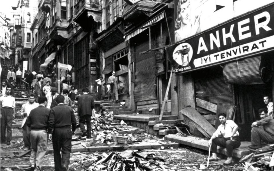 1955. Η μεγάλη οδός του Πέραν μετά την καταστροφή των Σεπτεμβριανών. Αρκετές ώρες μετά την έναρξη των επιθέσεων κι ενώ η καταστροφή  είχε πλέον συντελεσθεί, η τουρκική κυβέρνηση διέταξε την επιβολή στρατιωτικού νόμου στην Κωνσταντινούπολη, στην Αγκυρα και στη Σμύρνη.