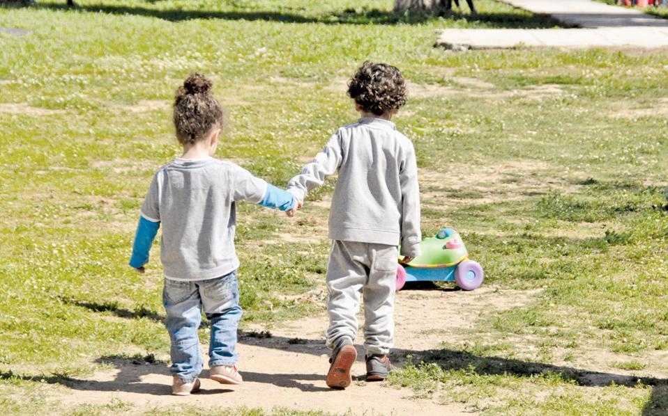 Ισχυροί δεσμοί φιλίας αναπτύσσονται μεταξύ των παιδιών που μεγαλώνουν μακριά από τους γονείς τους.