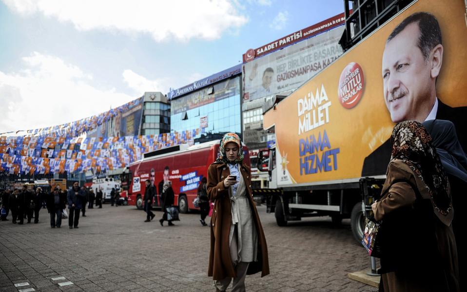 Περίπου 53 εκατομμύρια Τούρκοι ψηφοφόροι καλούνται να προσέλθουν σήμερα στις κάλπες για τις πιο κρίσιμες τοπικές εκλογές των τελευταίων δεκαετιών.