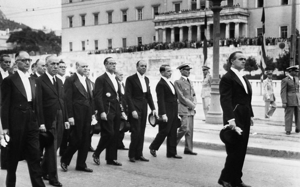 7 Οκτωβρίου 1955. Η νέα κυβέρνηση Καραμανλή μετά την κηδεία του Αλέξανδρου Παπάγου. Η επιλογή του Κωνσταντίνου Καραμανλή από τον βασιλιά Παύλο ως «τρίτη λύση» συνιστούσε ρίσκο.