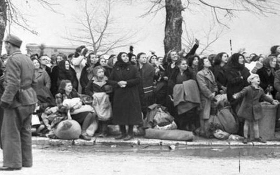 Στιγμιότυπα από την επιχείρηση εκκένωσης, ξημερώματα 25ης Μαρτίου 1944, της εβραϊκής γειτονιάς των Ιωαννιτών. Η Γκεστάπο, με τη βοήθεια της ελληνικής χωροφυλακής, στοίβαξε σε φορτηγά, 1.725 άντρες, γυναίκες και παιδιά.