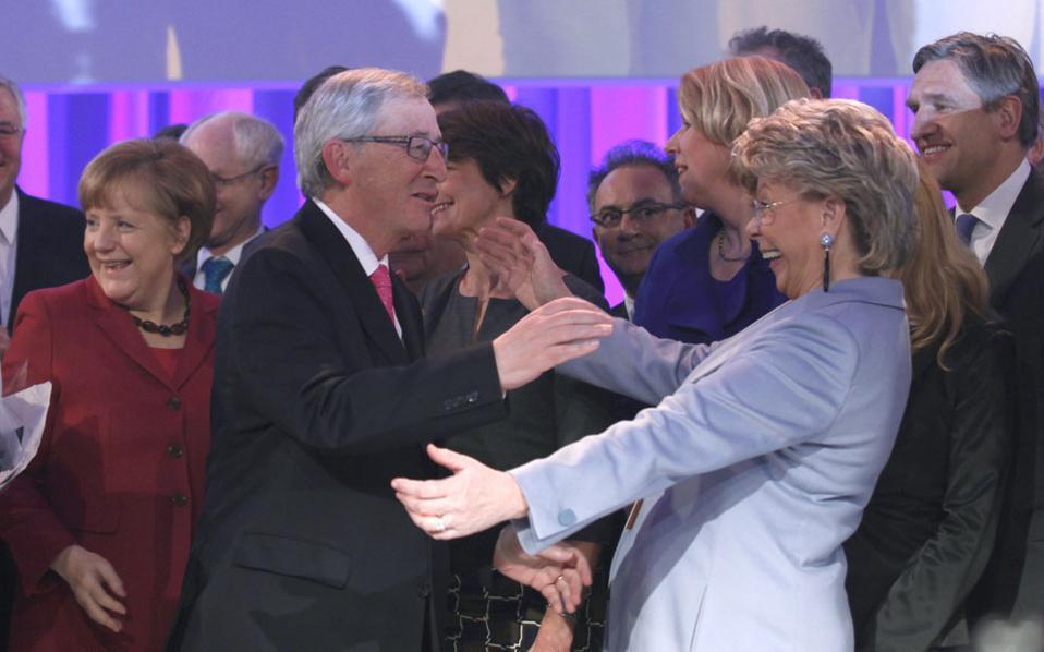 Με χαμόγελα υποδέχθηκαν οι πολιτικοί ηγέτες στο συνέδριο του Ευρωπαϊκού Λαϊκού Κόμματος (ΕΛΚ) τη νίκη του πρώην πρωθυπουργού του Λουξεμβούργου Ζαν-Κλοντ Γιουνκέρ για την προεδρία στην Κομισιόν.