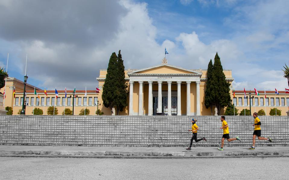 Οι Ubran Trail Runners, η πρώτη ελληνική ομάδα που προωθεί το αστικό τρέξιμο, ξεκίνησαν τις δράσεις τους με μια διαδρομή στο κέντρο της Αθήνας.