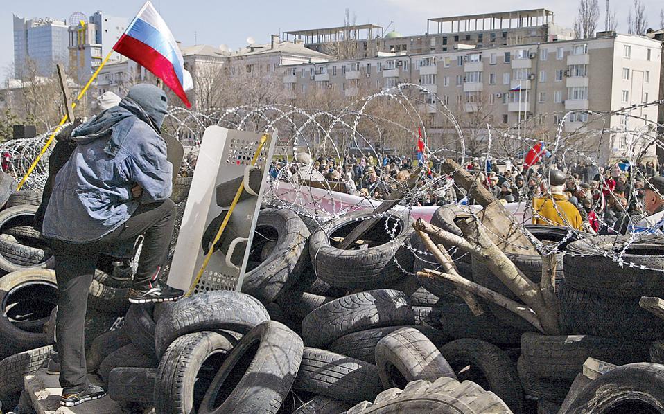 Η ρωσική σημαία κυματίζει πίσω από το αγκαθωτό συρματόπλεγμα, στο οδόφραγμα που έστησαν γύρω από το κατειλημμένο κυβερνείο του Ντονέτσκ Ρωσόφωνοι ακτιβιστές, οι οποίοι προκήρυξαν δημοψήφισμα για την απόσχιση της περιοχής τους από την Ουκρανία και την προσχώρηση στη Ρωσική Ομοσπονδία. Ανάλογες σκηνές εκτυλίχθηκαν στο Χάρκοβο και στο Λουγκάνσκ, ενισχύοντας τους φόβους για ρωσική, στρατιωτική επέμβαση στην Ανατολική Ουκρανία, στο πρότυπο της Κριμαίας.