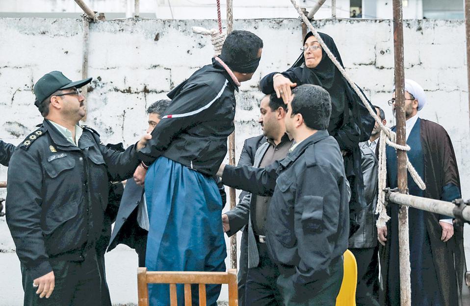Η μητέρα του Αμπντουλά Χουσεϊνζαντέχ, ο οποίος δολοφονήθηκε το 2007 σε καβγά στον δρόμο, χαστουκίζει τον Μπαλάλ, τον δολοφόνο του παιδιού της, χαρίζοντάς του ταυτόχρονα τη ζωή.