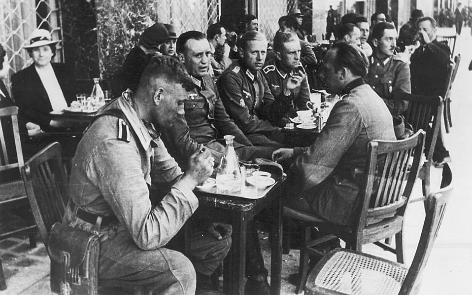 Γερμανοί υπαξιωματικοί και στρατιώτες, τις πρώτες μέρες της Κατοχής σε καφενείο της Πανεπιστημίου (Συλλογή Μ.Γ. Τσαγκάρη).