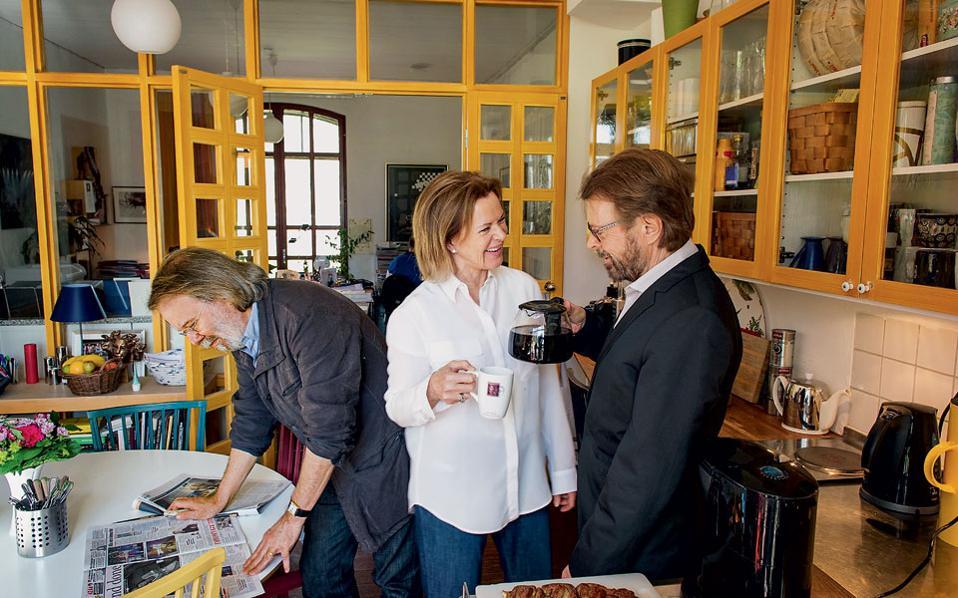 Tα... δύο  Β και το ένα Α των ΑBBA  στο γραφείο του Μπένι Αντερσον (αριστερά), στο Σκεπσχόλμεν. Στο μέσο η Αννι-Φριντ Λίνγκσταντ και δεξιά ο Μπιορν Ουλβίους.
