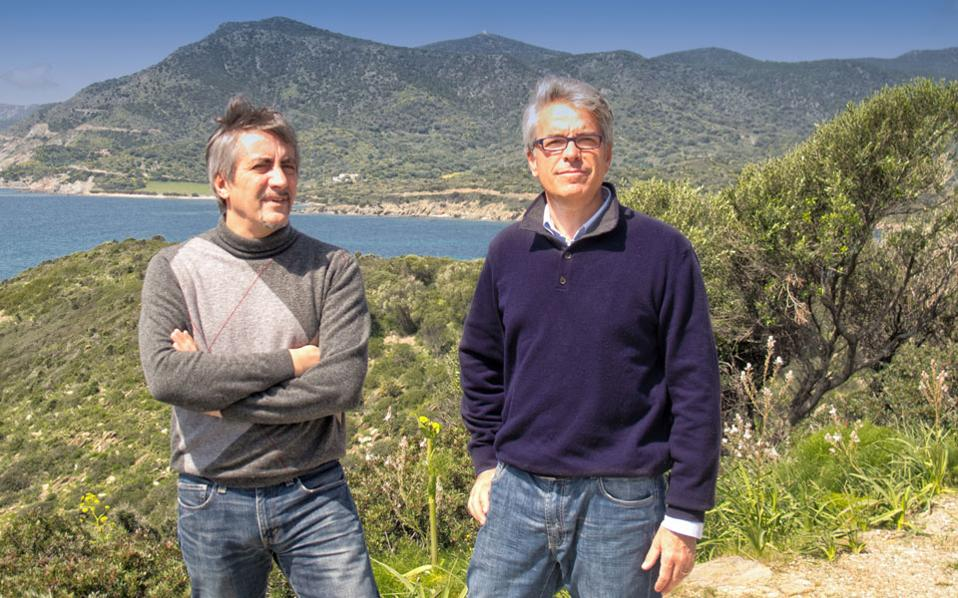 Ο Αντρέα Καρούζο (αριστερά) και ο Ενρίκο Ναπολεόνε (δεξιά) ονειρεύονται ένα καλύτερο μέλλον για τη Σαρδηνία κηρύσσοντας την ανεξαρτησία τους από την Ιταλία.