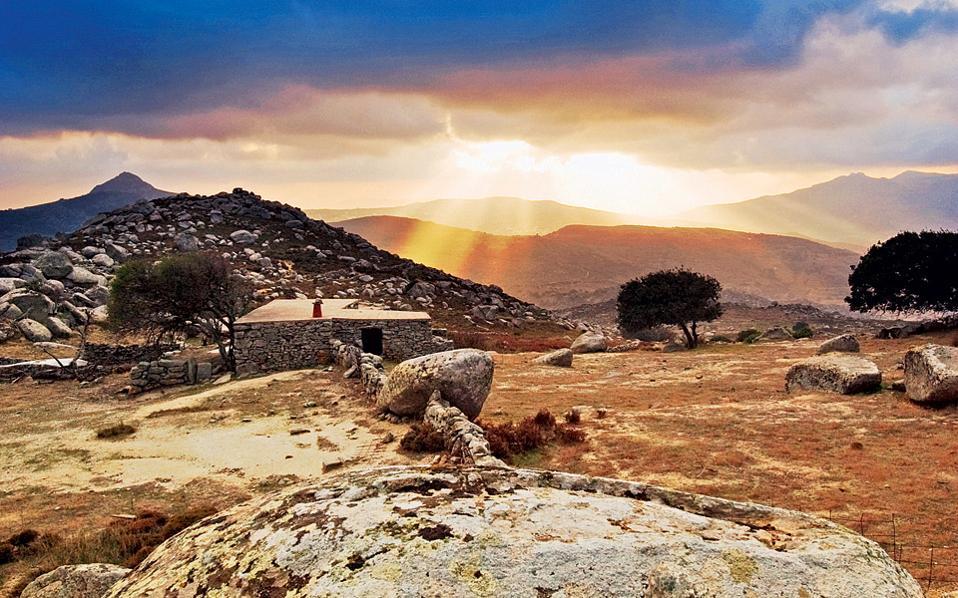 Μια εικόνα από τα «μενίρ» του Βώλακα στην ενδοχώρα της Τήνου. (Φωτογραφία: Π. Μεράκος)