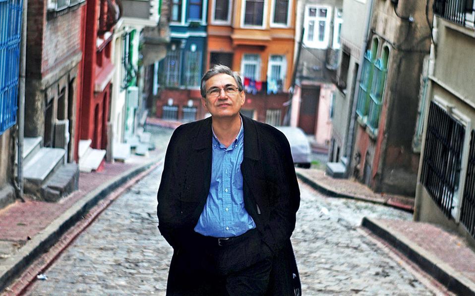 O Ορχάν Παμούκ περπατάει στη συνοικία Μπαλάτ της Κωνσταντινούπολης, κοντά στον Κεράτιο Κόλπο.