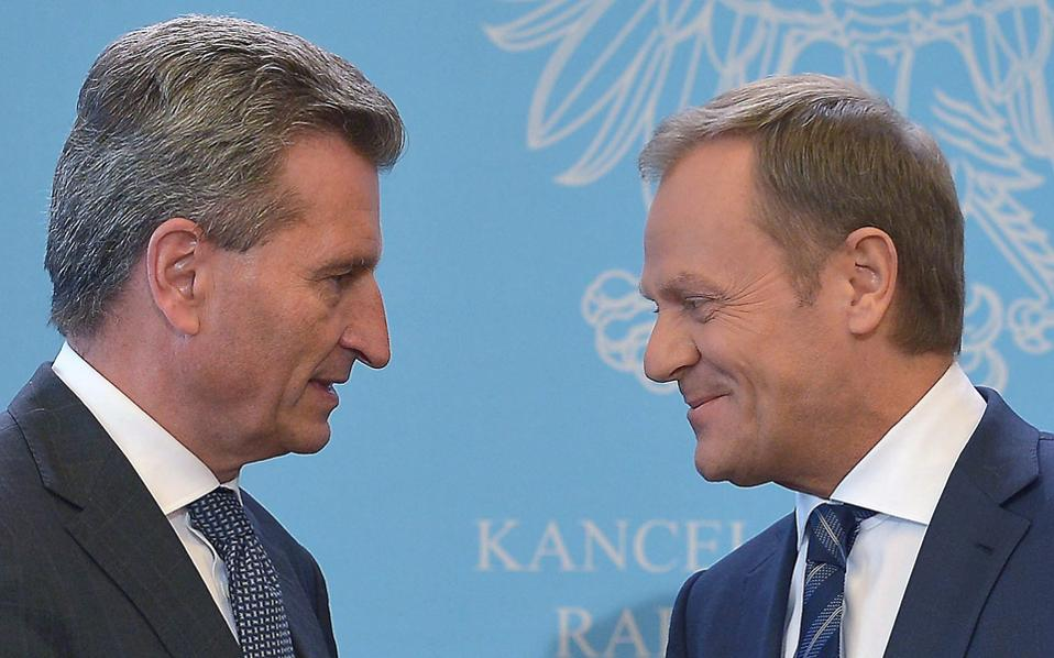 Ο Ευρωπαίος επίτροπος Ετινγκερ με τον Πολωνό πρωθυπουργό Τουσκ, μετά τη συνάντησή τους.