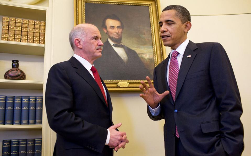 Η επίσημη φωτογραφία που διένειμε ο Λευκός Οίκος μετά τη συνάντηση του Γ. Παπανδρέου με τον Μπαράκ Ομπάμα στο Οβάλ Γραφείο, τον Μάρτιο του 2010. Ο Αμερικανός πρόεδρος εμφανίζεται καλά ενημερωμένος και δεν κρύβει την ανησυχία του.