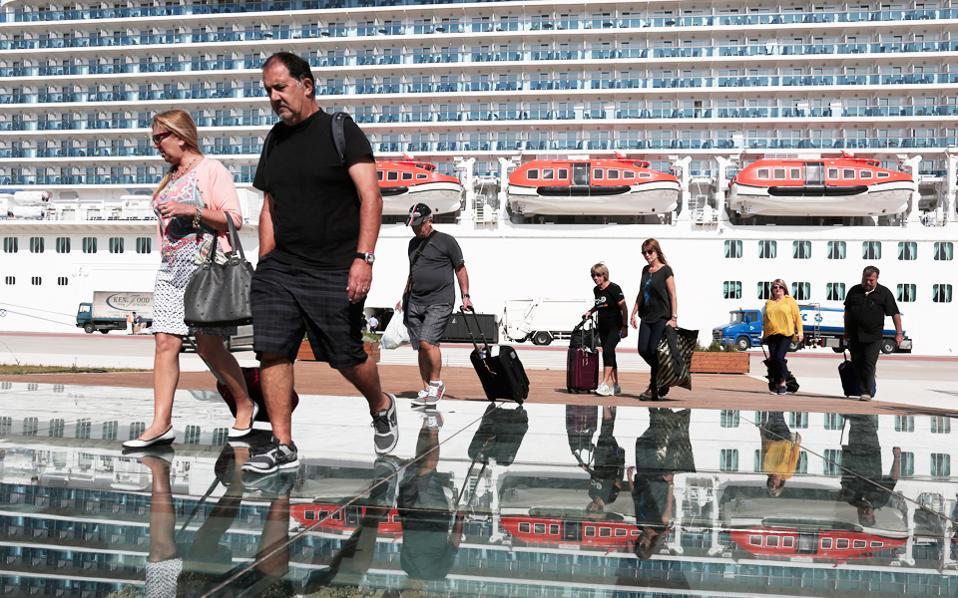 Με τεράστιο ξενοδοχείο μοιάζει το πιο καινούργιο και πιο μεγάλο κρουαζιερόπλοιο στον κόσμο, το Regal Princess, που κατέπλευσε χθες στον Πειραιά, πρώτο σταθμό της ταξιδιωτικής του ζωής. Διαθέτει 18 καταστρώματα και αποβίβασε 3.560 επισκέπτες... Το περυσινό ρεκόρ των 20 εκατ. αφίξεων θα καταρρίψουν οι φετινές αφίξεις τουριστών στην Ελλάδα.