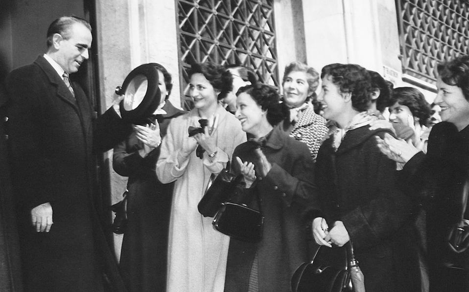1956. Ο Κων. Καραμανλής στις εκλογές της 19ης Φεβρουαρίου. Η συμμετοχή των γυναικών για πρώτη φορά σε βουλευτικές εκλογές ωφέλησε την ΕΡΕ, καθώς η γυναικεία ψήφος προτιμούσε την πολιτική σταθερότητα. Η αναμέτρηση του 1956 έχει μείνει γνωστή για το περίπλοκο εκλογικό σύστημα διεξαγωγής της.
