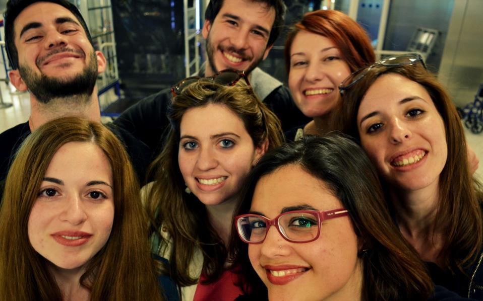 Η ομάδα της Νομικής Σχολής Αθηνών με δύο «προπονήτριες» –φοιτήτριες που μετείχαν στον περυσινό διαγωνισμό– σε selfie μετά τη νίκη.