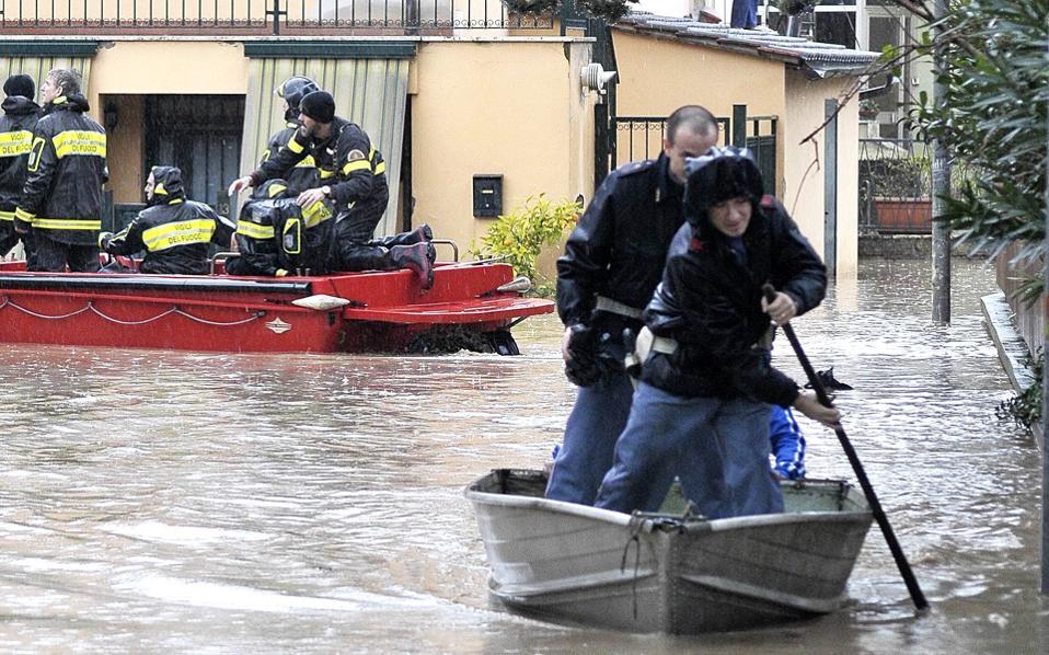 Ιταλοί αστυνομικοί πάνω σε βάρκα, σε πλημμυρισμένη γειτονιά της Ρώμης, τον περασμένο Ιανουάριο.