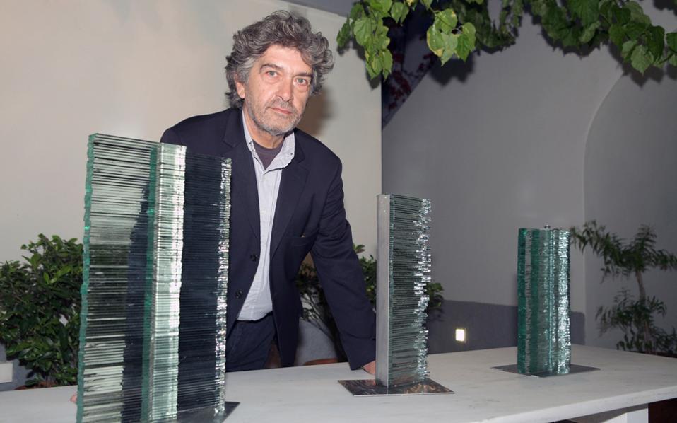 Στη φιλόξενη αυλή της γκαλερί Citronne, ο Κώστας Βαρώτσος παρουσιάζει γλυπτά μικρής κλίμακας (φωτ.: Χάρης Ακριβιάδης).
