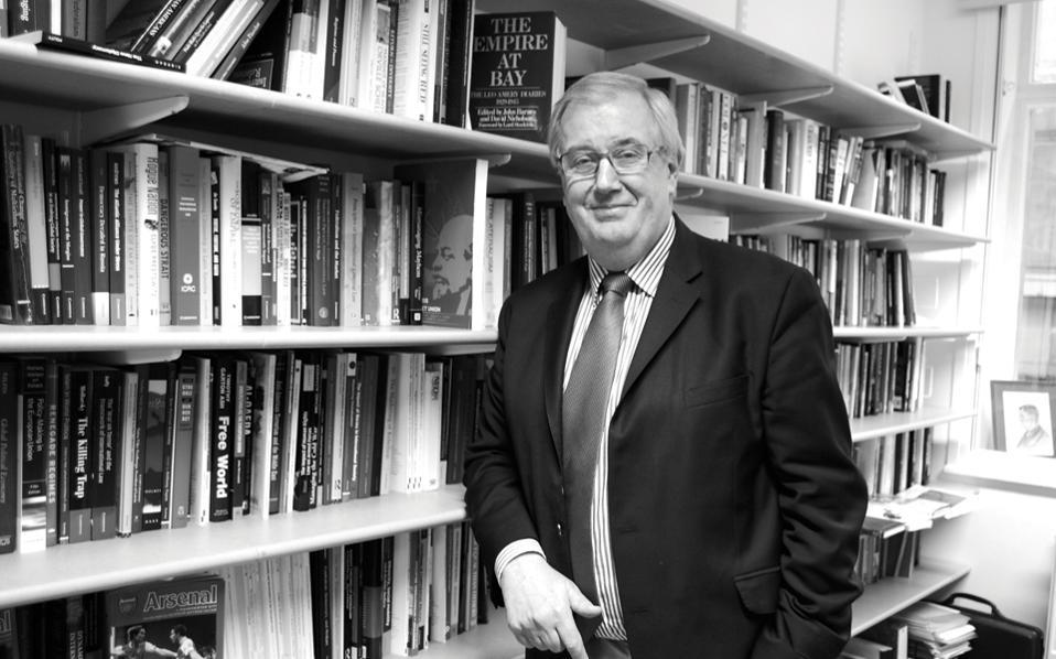 Μάικλ Κοξ: «Το πραγματικό ζήτημα, φυσικά, δεν είναι η Βρετανία. Είναι η πλημμυρίδα του ευρωσκεπτικισμού στην Ευρώπη και ο τρόπος που συνδέεται με την κρίση του ευρώ».