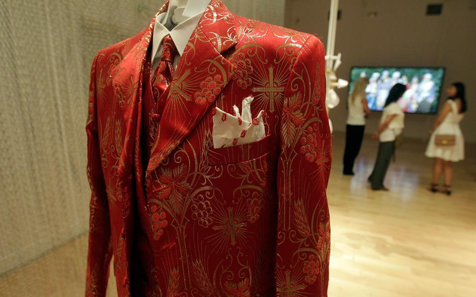 Κοστούμι το οποίο εκτίθεται στο Μουσείο Μπενάκη, στο κτίριο της οδού Πειραιώς. Από αυτό που βλέπω, εικάζω ότι στην έκθεση παρουσιάζεται η γκαρνταρόμπα του καλλιτέχνη Ιωάννη Φλωρινιώτη.
