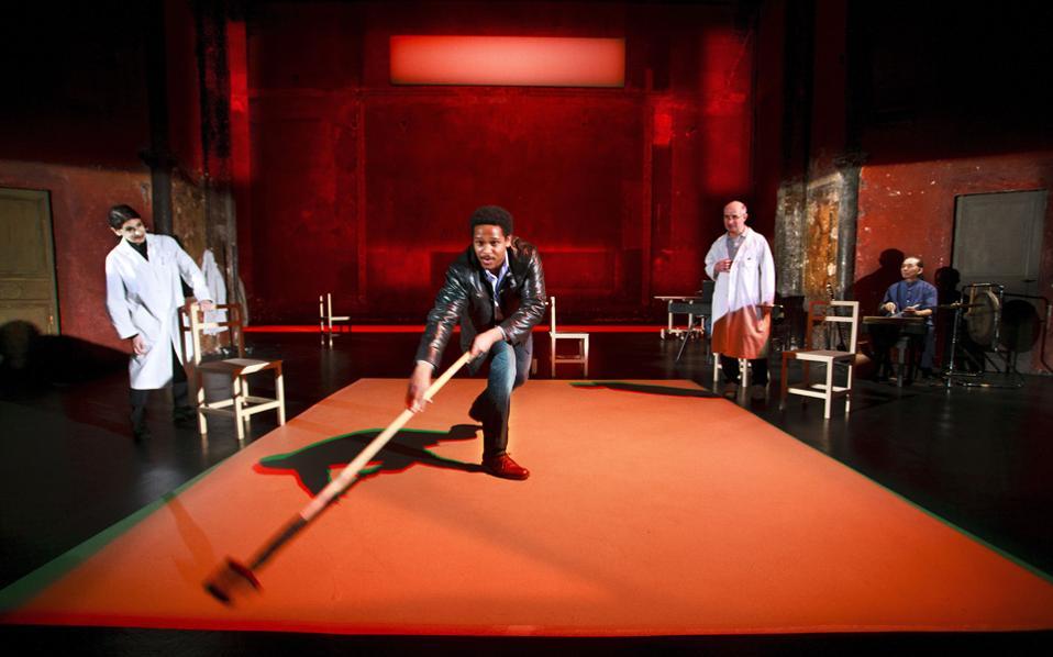 Σκηνή από την παράσταση του έργου «Λιβάδι της κατάπληξης», σε σκηνοθεσία Πίτερ Μπρουκ.
