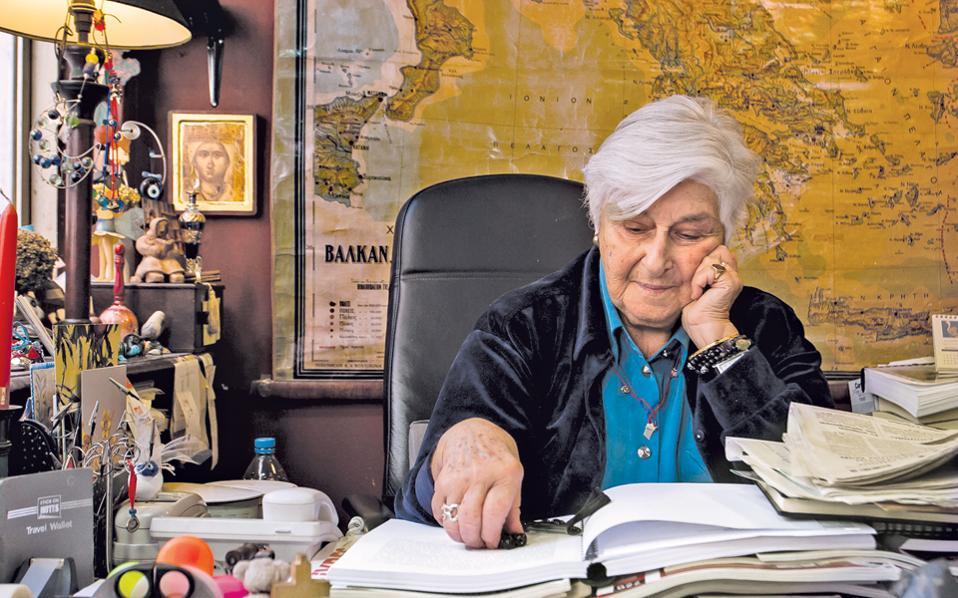 Η Μάνια Καραϊτίδη στο ιστορικό της γραφείο (φωτ.: Αλέξανδρος Φιλιππίδης).