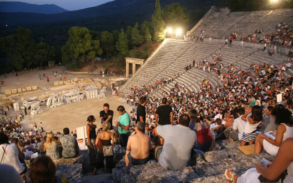 Εξήντα χρόνια ζωής συμπληρώνει φέτος ο θεσμός των Επιδαυρίων. Και το κοινό περιμένει να ξαναδεί τις αρχαίες τραγωδίες μέσα από το βλέμμα νέων σκηνοθετών του σύγχρονου ελληνικού θεάτρου.