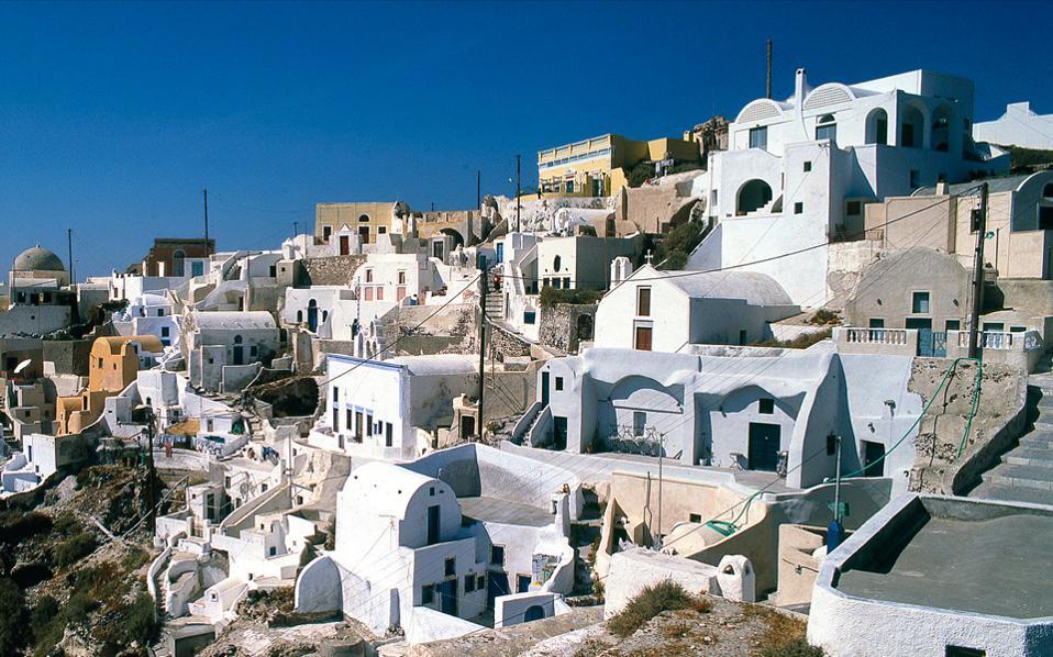 Η επιτυχία του τουρισμού συνδέεται με την αναζήτηση της τοπικής αρχιτεκτονικής, όπως στην περίπτωση της Οίας στη Σαντορίνη, η οποία σήμερα αποτελεί κορυφαίο τουριστικό προορισμό παγκοσμίως.