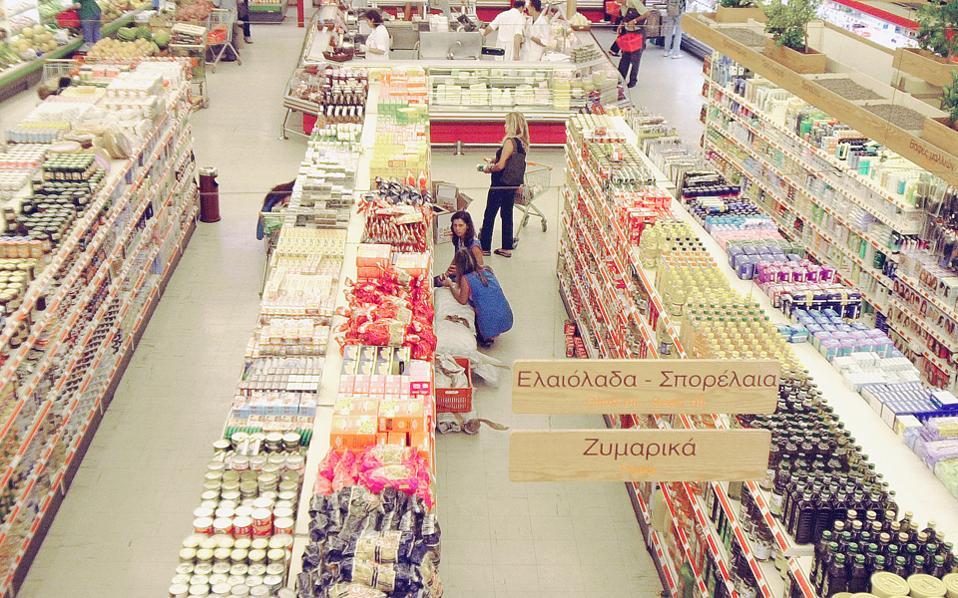 Οι λιανέμποροι προχώρησαν σε ανατιμήσεις στα προϊόντα που φέρουν το σήμα τους, με αποτέλεσμα η «ψαλίδα» μεταξύ των τιμών των επωνύμων και των ιδιωτικής ετικέτας να κλείσει σημαντικά.