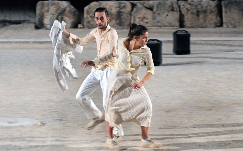 Οι ηθοποιοί που υποδύθηκαν τον Μενέλαο και την Ελένη στην παράσταση του Δημήτρη Καραντζά στην Επίδαυρο.