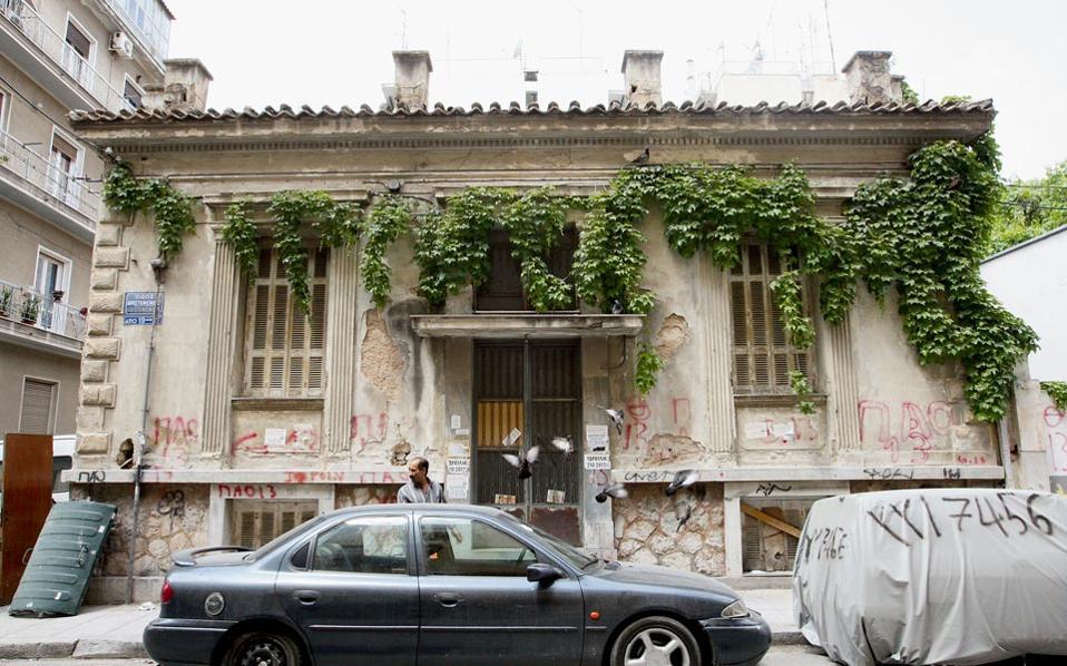 Περίπου 1.200 εγκαταλειμμένα κτίρια, όπως αυτό της φωτογραφίας, έχουν καταγραφεί στο κέντρο των Αθηνών.