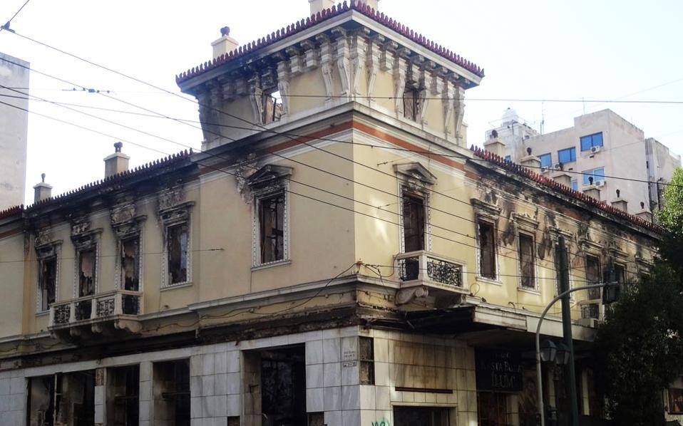Το κτίριο του Αττικόν στη συμβολή των οδών Σταδίου και Χρήστου Λαδά παραμένει ερείπιο από τον Φεβρουάριο του 2012.