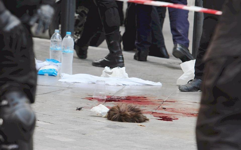 Δεν φτάνει που έχυσαν το αίμα του αγωνιστή Μαζιώτη στον δρόμο, του πήραν και το σκαλπ! (Εκτός αν πρόκειται για το περουκίνι του...)