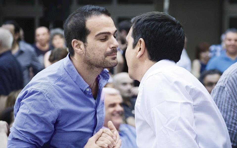 Κάτι είναι και ένα φιλί, αφού τον άφησαν να τον κατασπαράξουν τα θηρία της ζούγκλας...