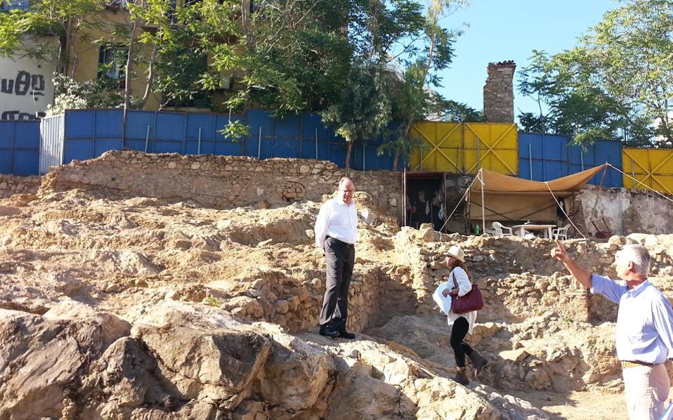 Ο υπουργός Πολιτισμού κ. Κ. Τασούλας επισκέφθηκε το λεγόμενο οικόπεδο Αγροτέρας, στον λόφο του Αρδηττού, για να δει από κοντά τα ευρήματα του ναΐσκου.