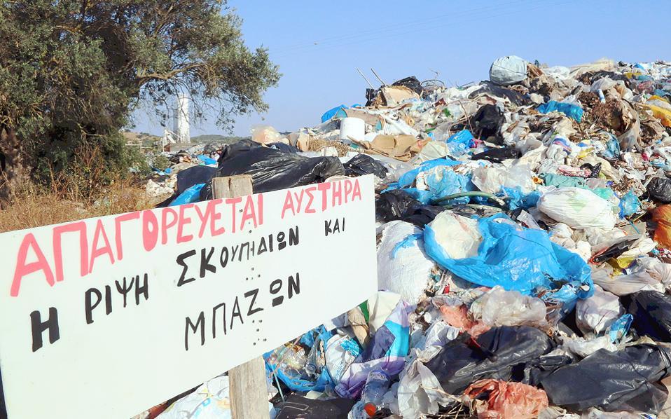 Φαντάσου να μην απαγορευόταν «αυστηρά» τι θα γινόταν! Ωστόσο, για να είμαι δίκαιος, μπάζα δεν βλέπω ― μόνο σκουπίδια. (Η φωτογραφία είναι από τον Δήμο Ερμιονίδας στην Αργολίδα, στην περίοδο της κορύφωσης της τουριστικής περιόδου, παρακαλώ...)