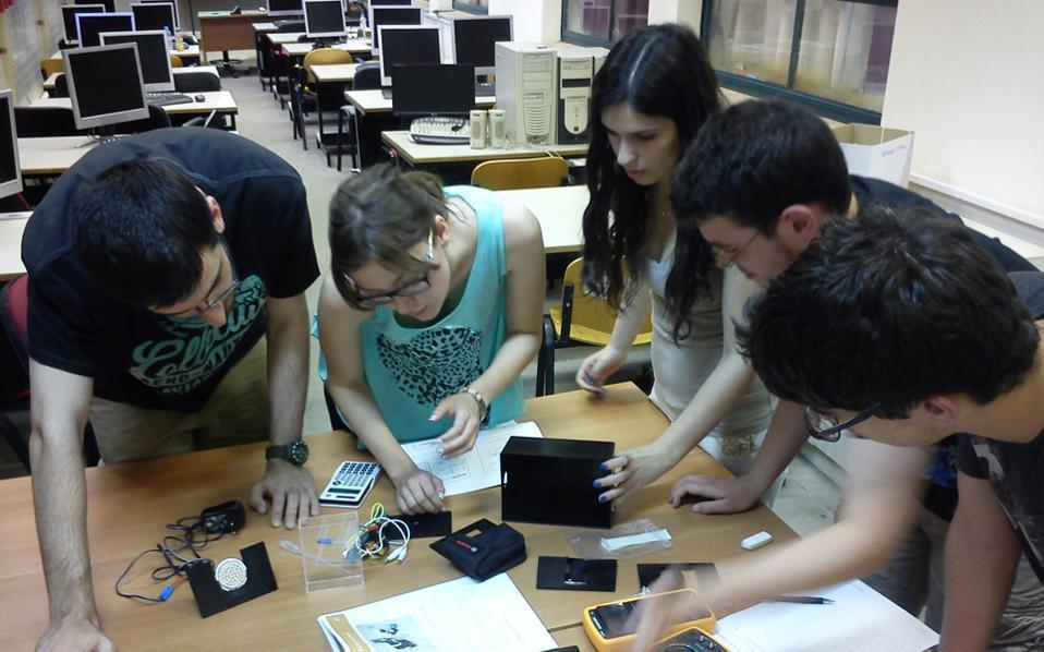Από την προετοιμασία των Ελλήνων μαθητών Ι. Ασμάνη, Γ. Μενδρινού, Γ. Σμυρνή, Ζ. Τσανγκαλίδου και Ν. Πατρινοπούλου σε πειραματικές διατάξεις του Εργαστηρίου Φυσικών Επιστημών του Πανεπιστημίου Αθηνών πριν από την αναχώρησή τους για τη συμμετοχή τους στην Ολυμπιάδα.