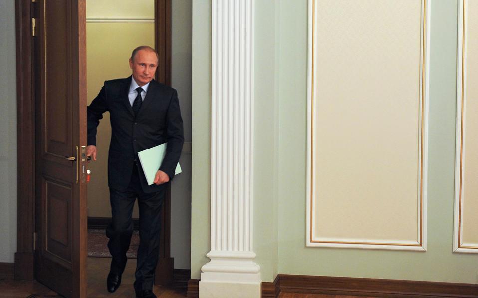 Ο Πούτιν, που είδε τη δημοτικότητά του να ανεβαίνει στο 87% μετά την προσάρτηση της Κριμαίας, θα βρεθεί αντιμέτωπος με την κατακραυγή αν δεν υπερασπιστεί το Ντονιέτσκ και το Λουχάνσκ είπε ο σύμβουλος του Κρεμλίνου Σεργκέι Μαρκόφ.
