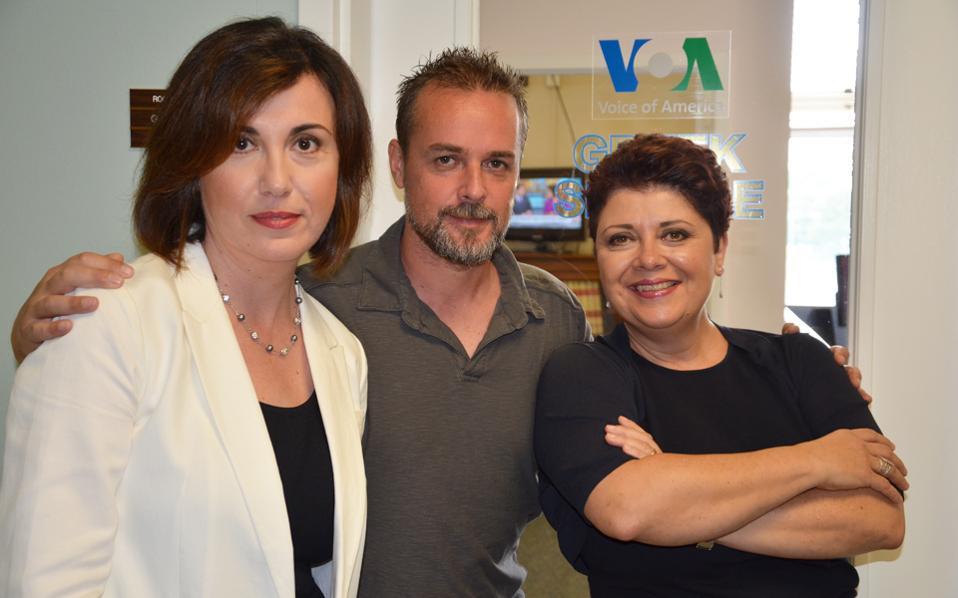 Οι τρεις δημοσιογράφοι της Υπηρεσίας την τελευταία ημέρα λειτουργίας της. Η επικεφαλής Αννα Καραγιαννοπούλου, ο Δημήτρης Μανής και η Ζωή Λεουδάκη.