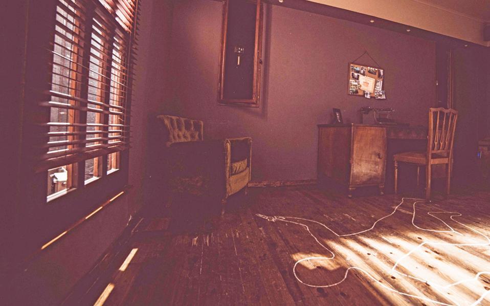 Το δωμάτιο του φανταστικού ντετέκτιβ John Monroe, ο οποίος δολοφονήθηκε. Οι παίκτες καλούνται να βρουν τον δολοφόνο.