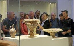 Επισκέπτες πλημμυρίζουν το ανακαινισμένο Αρχαιολογικό Μουσείο του Ηρακλείου.