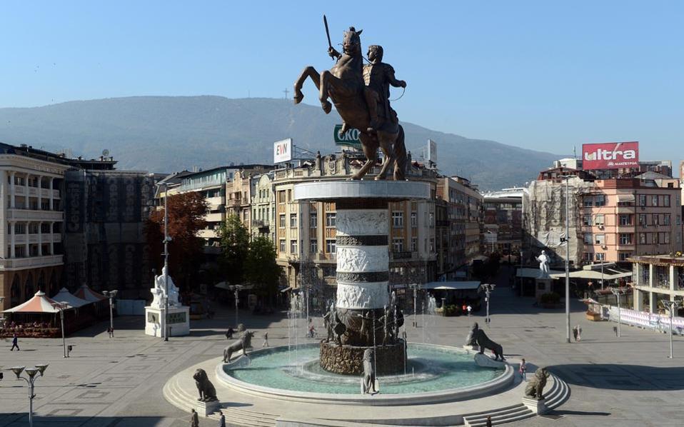 Μετά το τεράστιο άγαλμα που έστησαν οι Σκοπιανοί στην κεντρική τους πλατεία, τώρα διαγωνίζονται σε «έρευνες» για την ανακάλυψη του τάφου του Μακεδόνα στρατηλάτη στο έδαφός τους.
