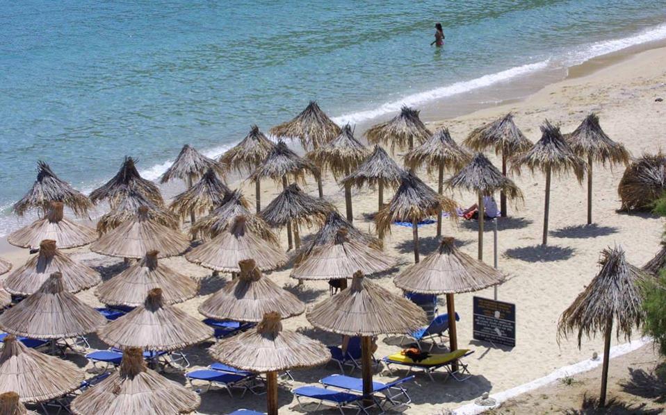 Οι ενδιαφερόμενοι επιχειρηματίες είχαν, προφανώς, εγκατασταθεί στις παραλίες πολύ πριν ο Δήμος Μυκόνου τυπικά τους τις παραχωρήσει. Κι αυτό γιατί σύμφωνα με τα στοιχεία των ελεγκτών, η προκήρυξη για τα τμήματα που δημοπράτησε ο Δήμος δημοσιοποιήθηκε την 1η Ιουλίου.
